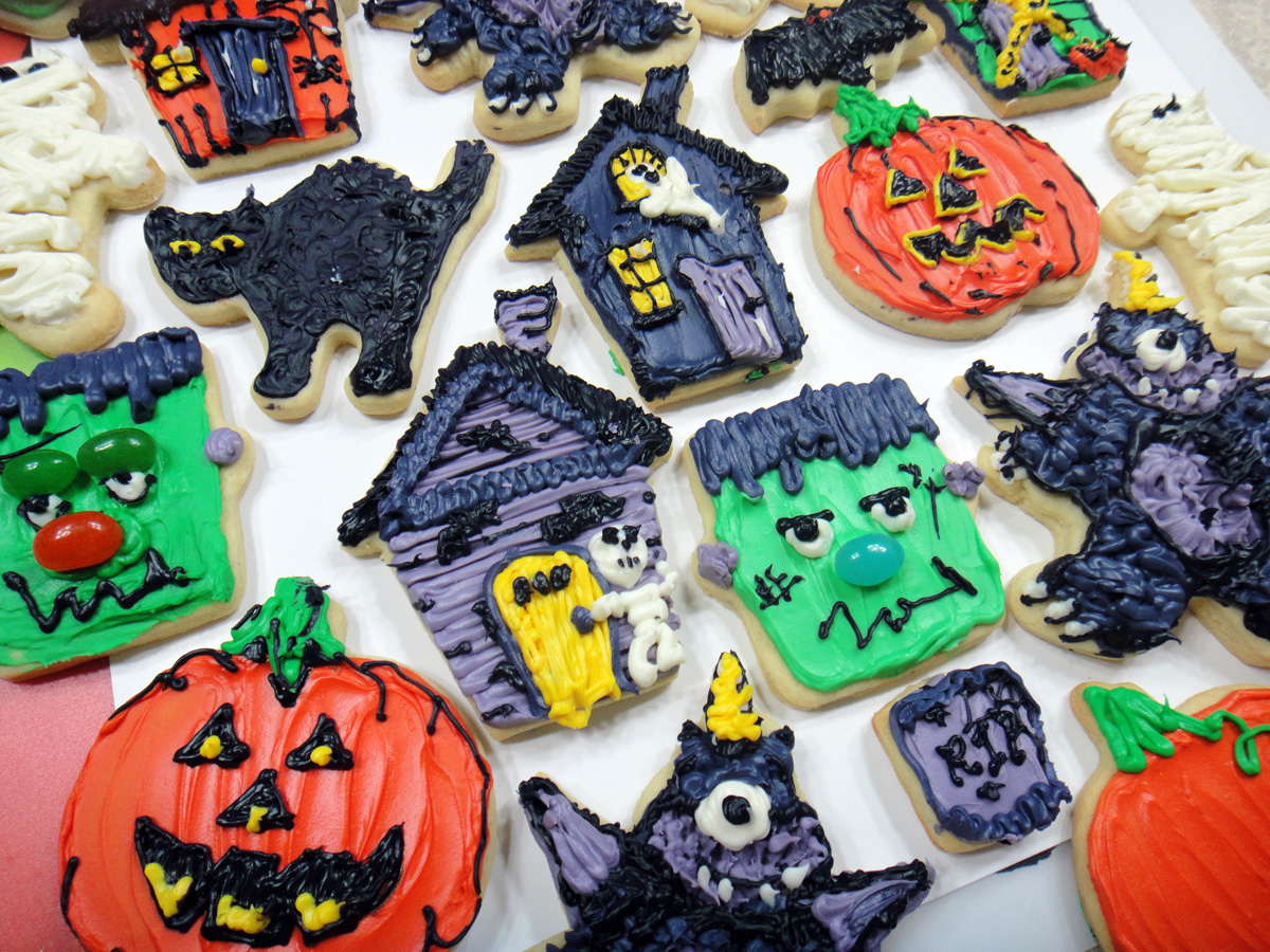Wilton Halloween Cookie Cutters | Worth Pinning Frosted Halloween Sugar Cookies