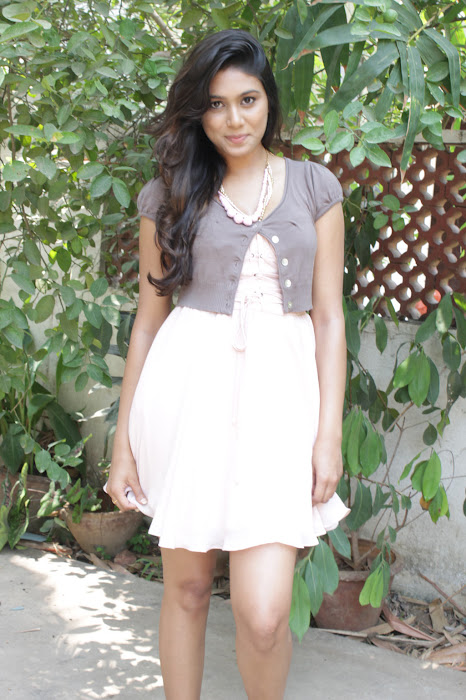 manisha yadav leg at vazhakku enn 18/9 special latest photos