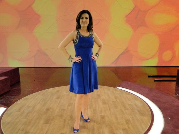 Vestido azul e sapato laranja