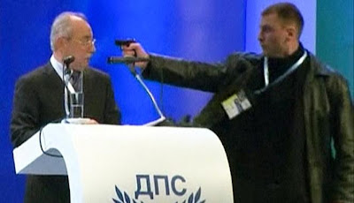 Politisi Bulgaria Ditodong Pistol Saat Berpidato