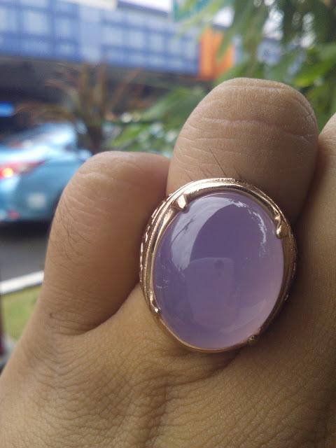 Photo Batu Akik Lavender Pinkish di bawah cahaya matahari sore di Bandara Halim Perdana Kusuma Jakarta.