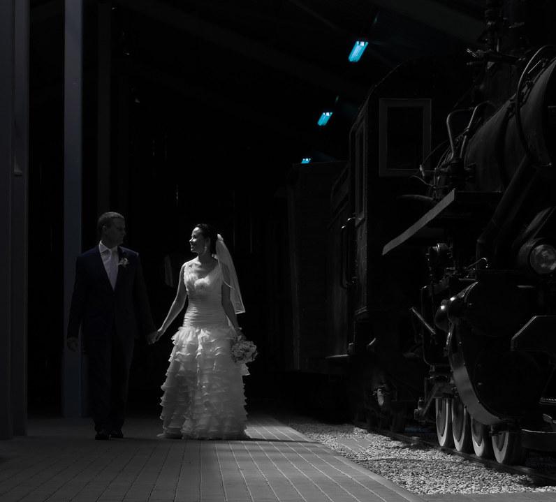 vestuvių fotosesija geležinkelio stotyje