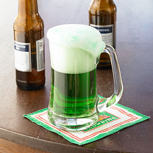 How to make Green Beer - perfect for St. Patrick's Day! #greenbeer #stpatricksday #greendrinks