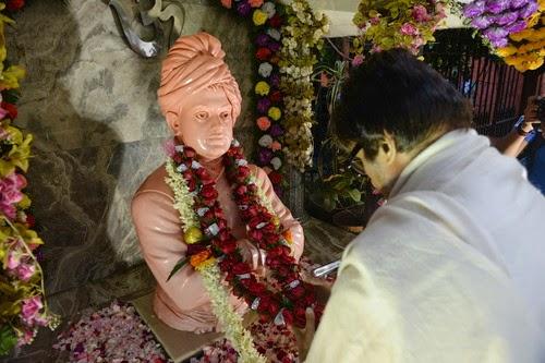 Amitabh Bachcan in front of Vivekananda statue in Kolkata
