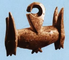 จี้รูปสัตว์สองหัว อายุราว 2,500 - 2,000 ปี