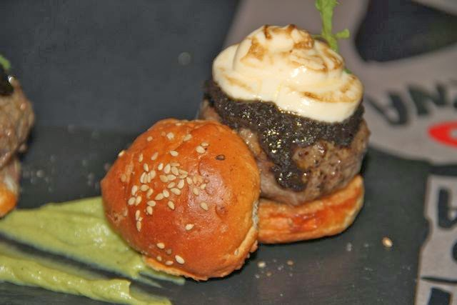 hamburguesa de buey con foie fluido y tape nade dulce. blog Esteban Capdevila