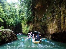 Perahu pengantar wisatawan