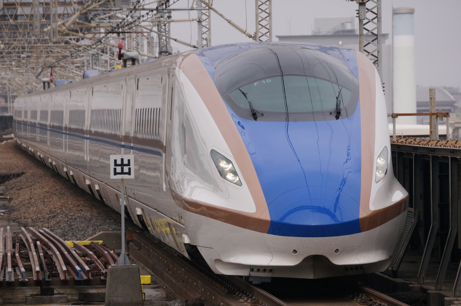 大宮駅に到着するE7系新幹線