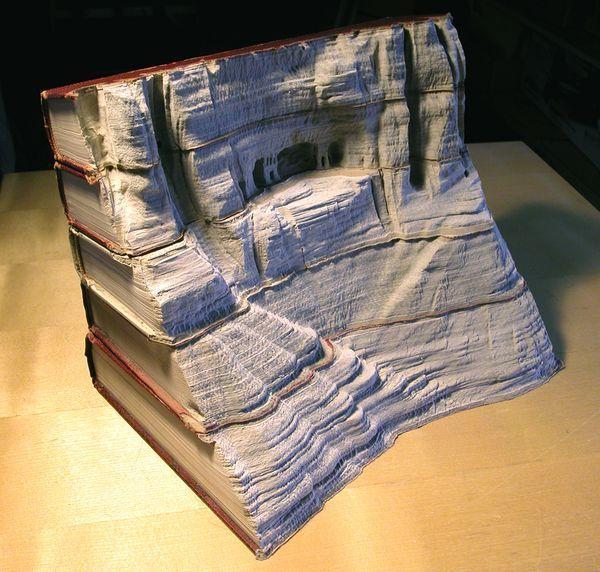 فنان يحفر على الكتب القديمة ليحولها إلى أعمال فنية غاية في الروعة !!!!