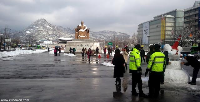 Nieve sobre la estatua del Gran Rey Sejong de Gwanhwamun en Seúl