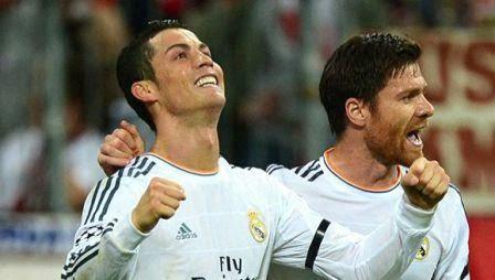 Gambar Cristiano Ronaldo dan Xabi Alonso merayakan gol kemenangan ketika Real Madrid menang 4 - 0 atas Bayern Munchen