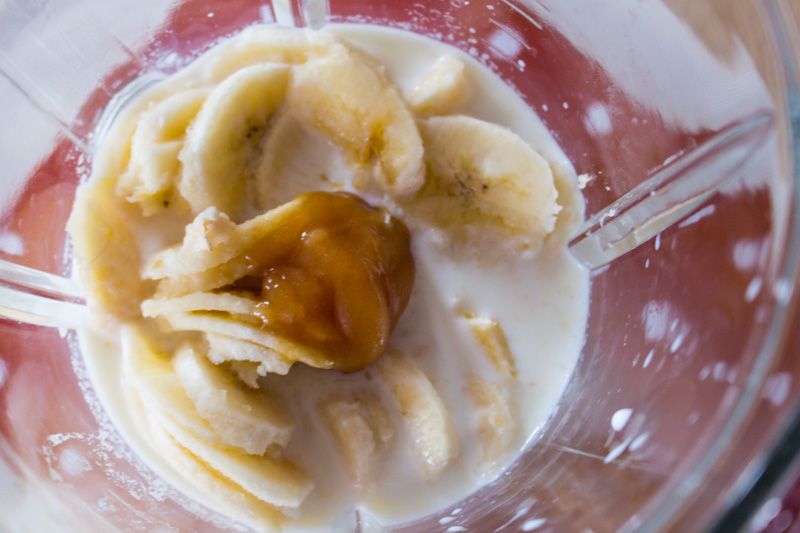 Ready to go: Blender jug with sliced banana, honey and milk | Svelte Salivations