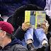 sarah jessica parker legge un libro a una partita di hockey