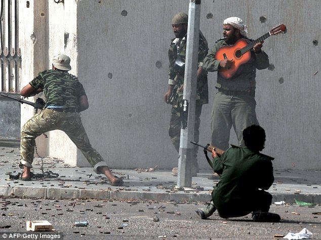 Lelaki main gitar di tengah-tengah perang