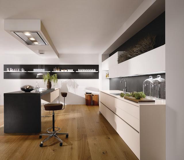 Cuisine design beige avec îlot et façades sans poignées, hotte plafond, meubles suspendus et idées déco-éclairage