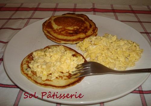 Blinis com ovos mexidos