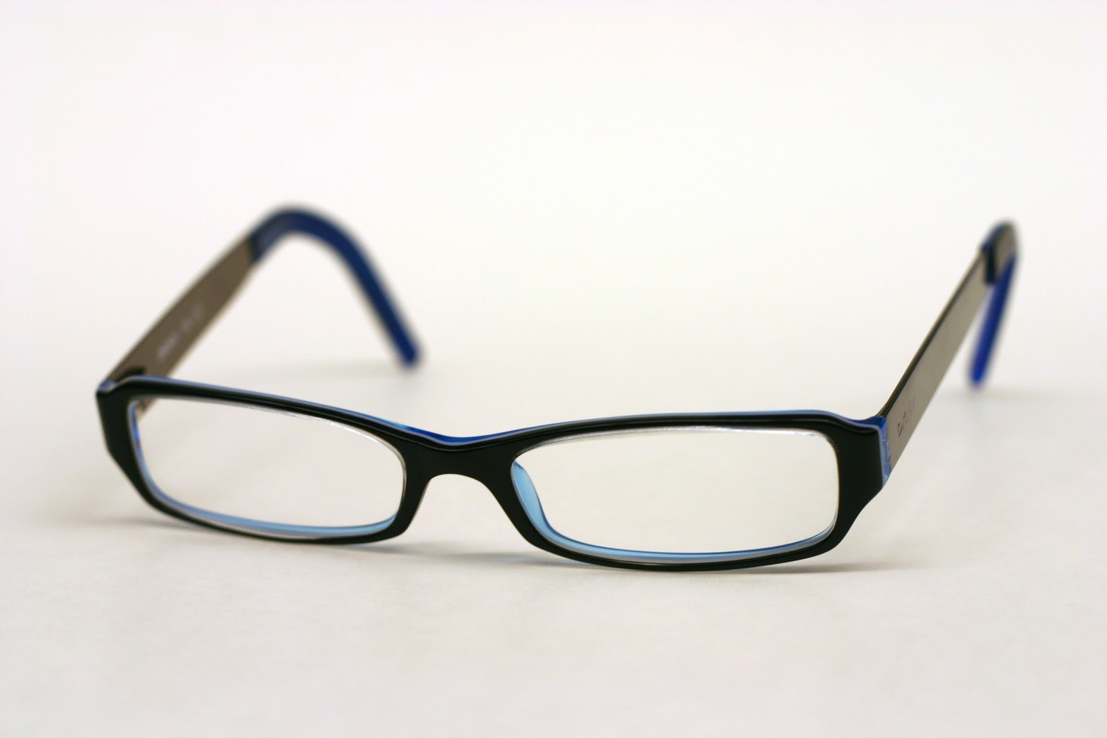 http://4.bp.blogspot.com/-Yo6q7tgskQI/TycF7GPTPuI/AAAAAAAAEuM/UGNz9WjVgm0/s1600/DKNY_Glasses.jpg
