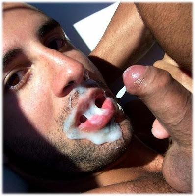 Homem gozando na boca do homem