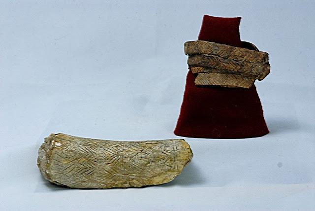 Резные изделия из мамонтовой кости, найденные в Черниговской области