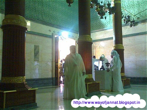 Inside Kaba Sharif http://wayofjannat.blogspot.com/2012/10/inside-picture-or-photo-of-kaba-masjide.html