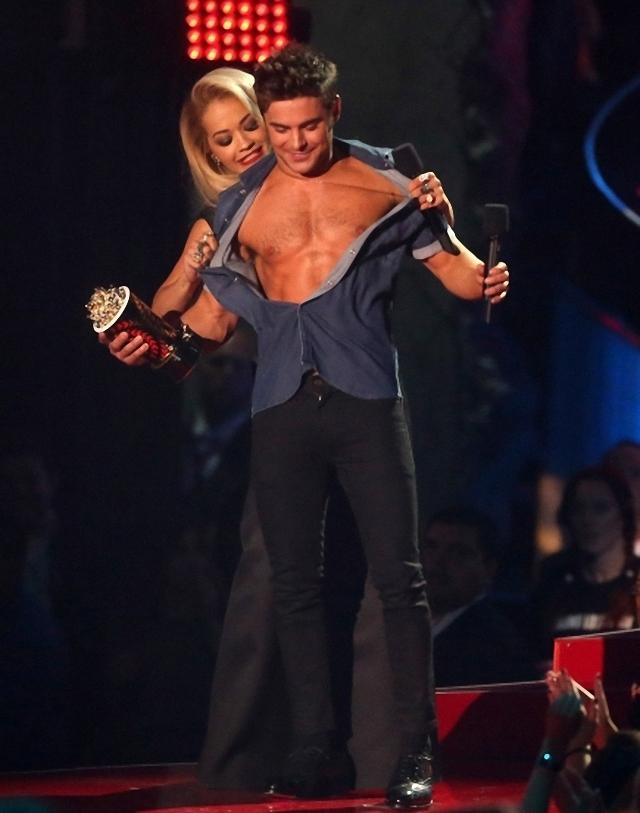 Rita Ora le saca la camisa al famoso actor Zac Efron