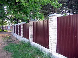 Забор из профлиста с кирпичными столбами. Фото 10
