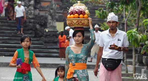 Familia en el dia de Kuningan indonesia