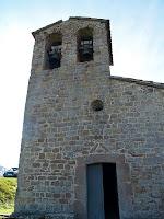 Façana nord-oest de l'ermita amb el campanar d'espadanya descentrat