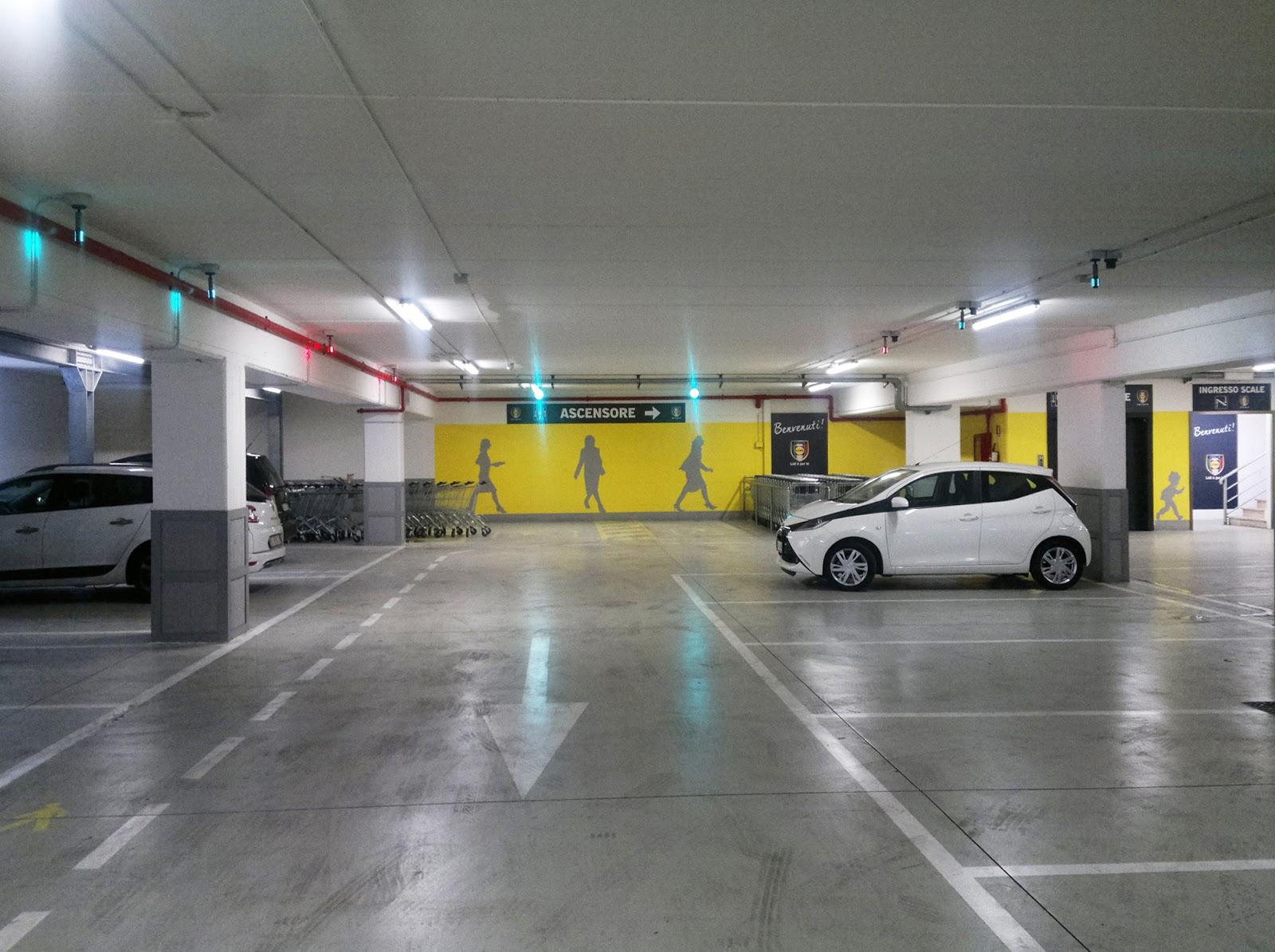 Illuminazione led casa segnaletica parcheggio display - Parcheggio interrato ...
