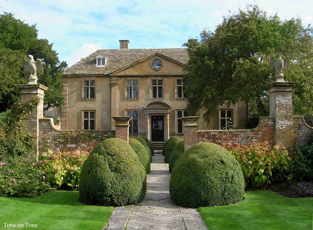 Tone on tone tintinhull for Pictures of english country houses