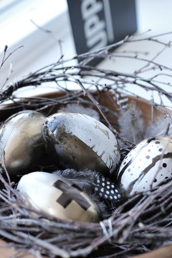 måla ägg i guld och svart. DIY påskägg, diy påskpynt, Påskpynt 2013. Påskpyssel 2013. Modernt påskpynt. Annorlunda ägg till påskpyntet. Björkris i en träskål. Ris från björk. Fjädrar, ägg och påskris i en skål. DIY 2013. DIY påsk.