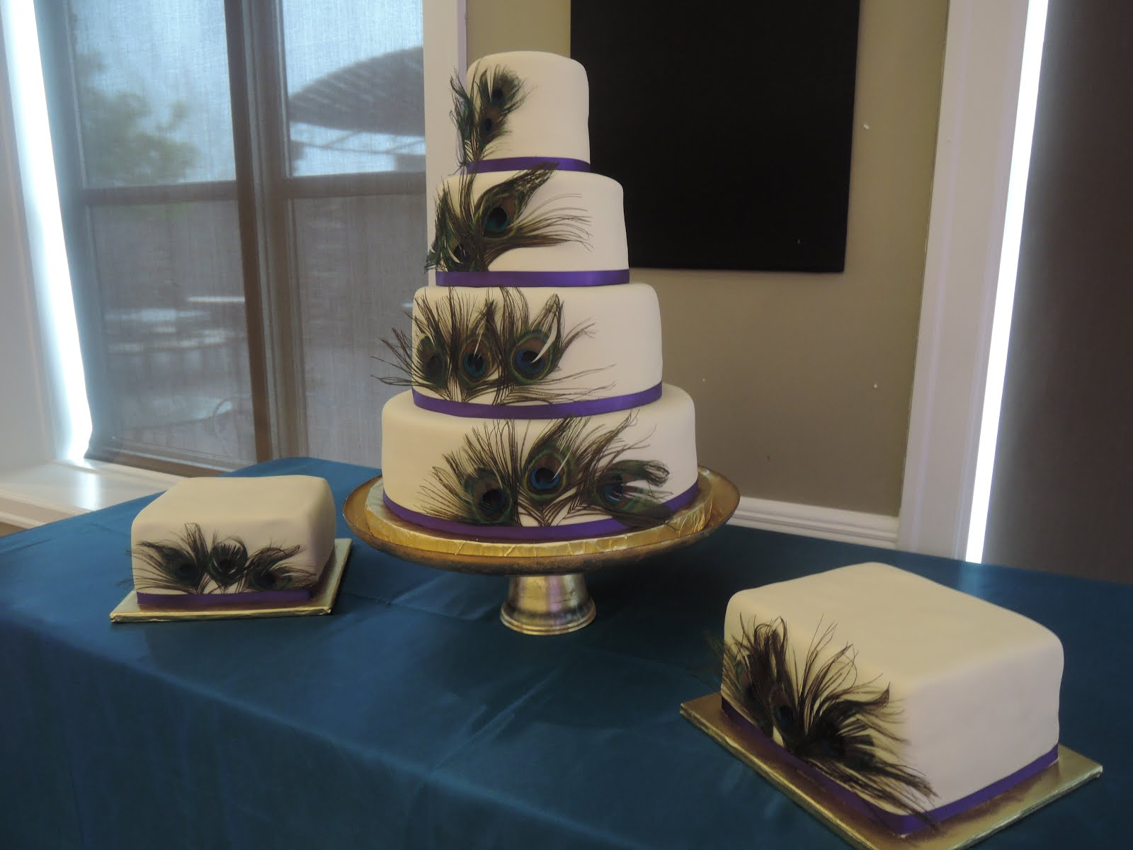 4-tier round fondant and square satellites