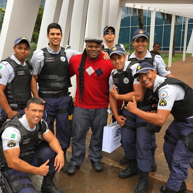 Kai Greene tira foto ao lado dos policiais responsáveis pela segurança do evento Foto: Reprodução/Instagram