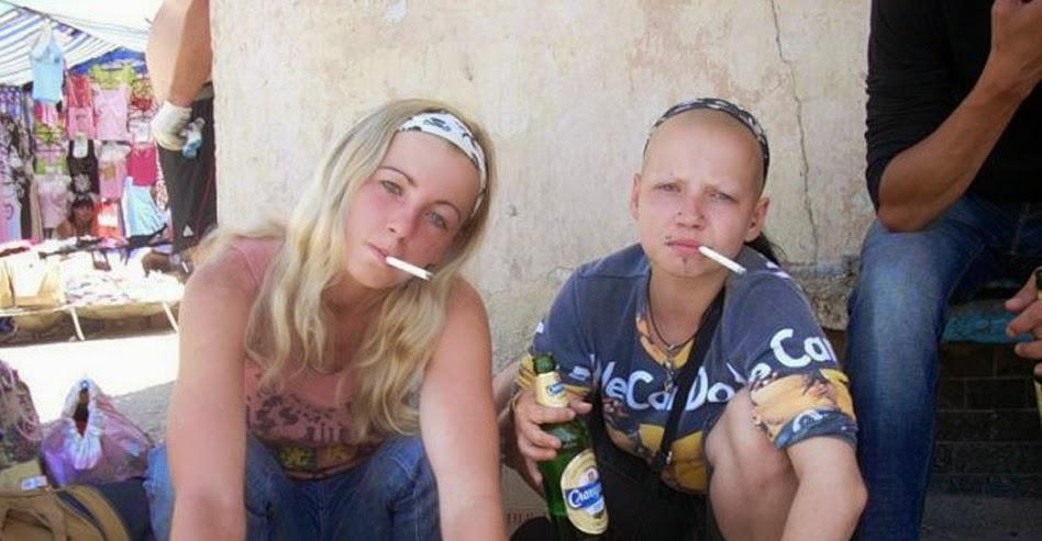 jaunas meitenes smēķē un dzer