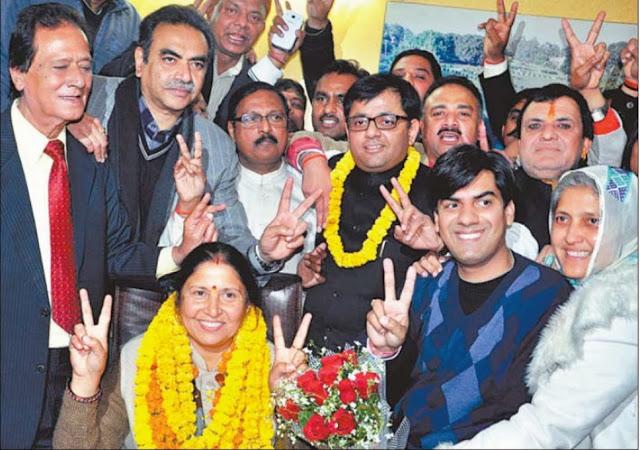 चंडीगढ़ नगर निगम में सीनियर डिप्टी मेयर बनी हीरा नेगी और डिप्टी मेयर बने देवेश मौदगिल भाजपा नेता सत्य पाल जैन के साथ