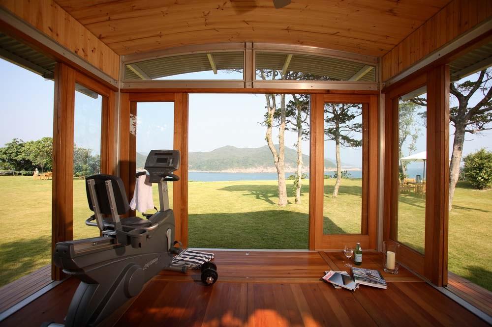 tienen tres fotos de interiores de casas de madera las cuales lucen de