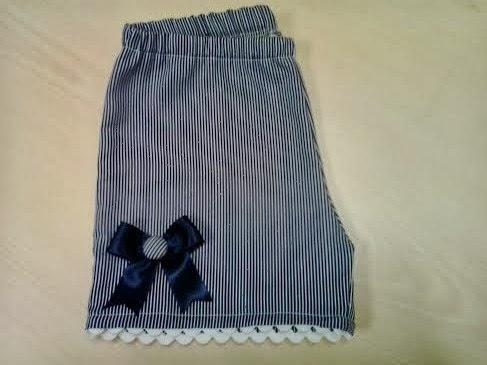 pantalon corto de niña, de rayas azul y blanco
