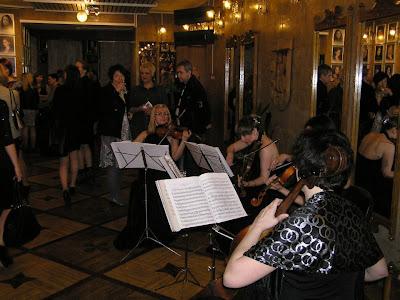 Атмосферу театрального вечера создавал струнный квартет
