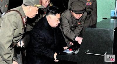 Nhà lãnh đạo trẻ của Triều Tiên Kim Jong-un bên một thiết bị hiện đại.