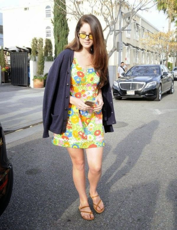 The 29-year-old was generously showing her art during spent her free time with her younger sister at Il Pastaio restaurant in Beverly Hills on Thursday, January 22, 2015.