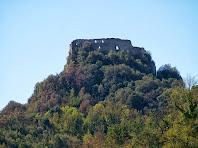 Zoom a la banda nord del Castell d'Orís on veiem el pany de paret més ben conservat de a fortalesa