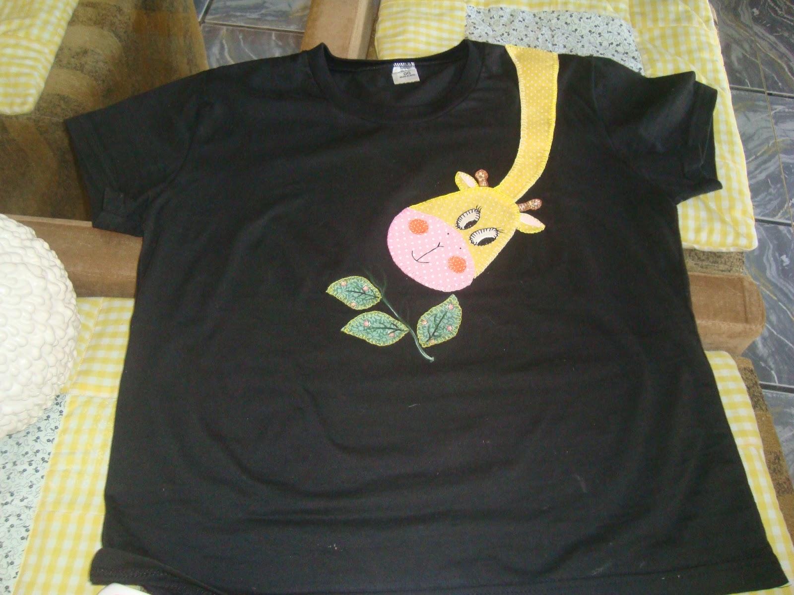 Oi arteira, esta camiseta em patchaplique uma graciosa girafa.
