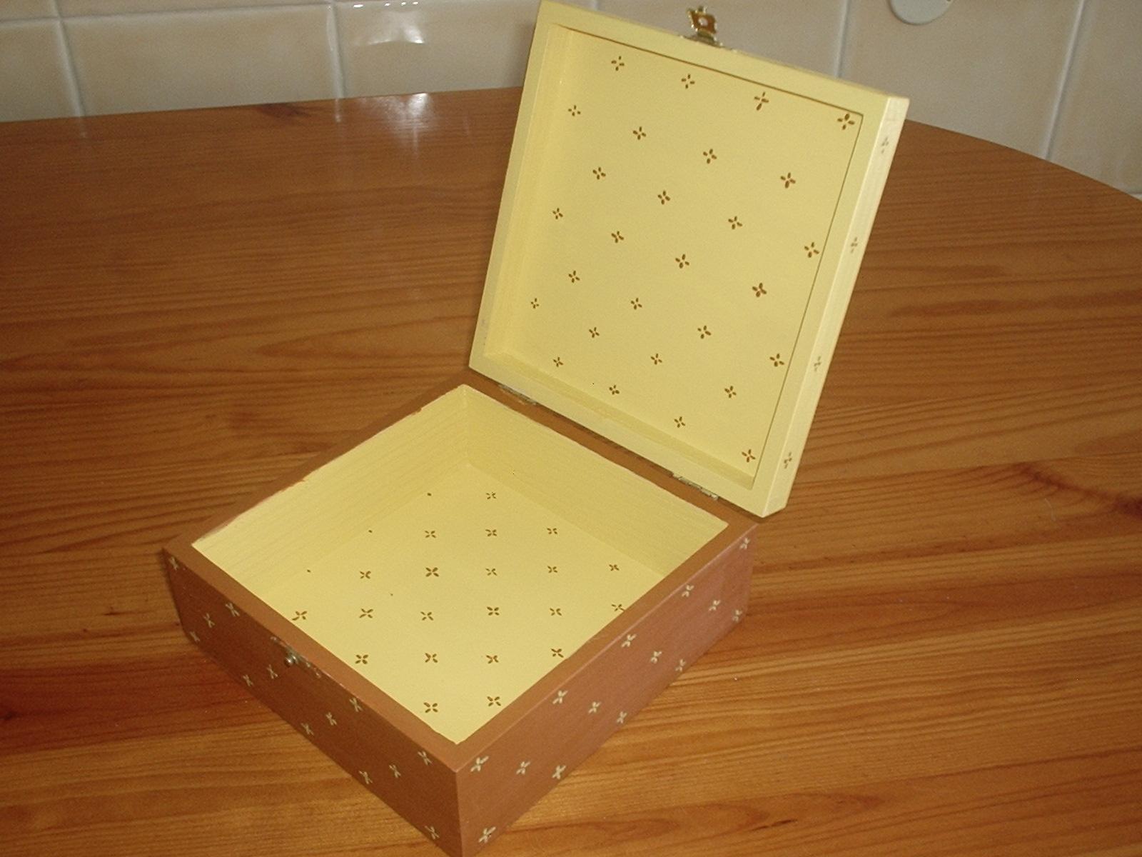 Bijuteria: Caixa de madeira pintada com aplicação de flor #4E190B 1600x1200