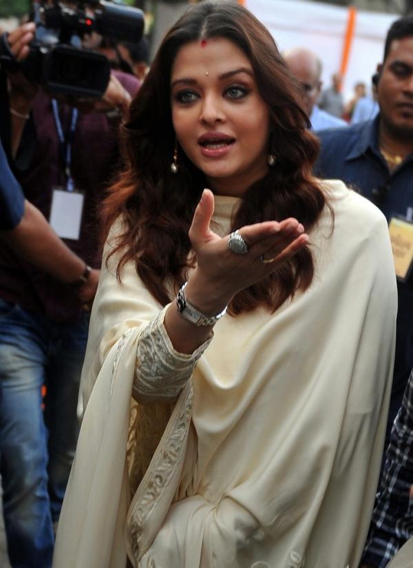 Aishwarya Rai Bachchan & Jaya Bachchan @ Launch Of Album Sri Hanuman Chalisa