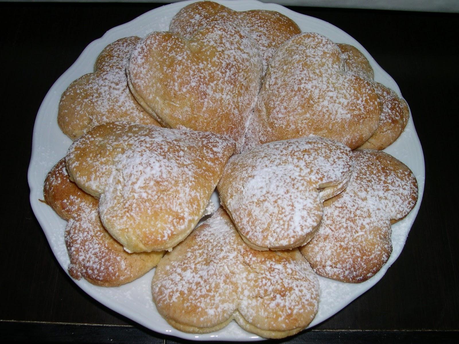 biscotti a cuore con cuore di mela