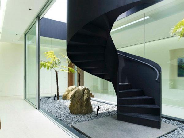 Una escalera de hierro rodeada de diseño   interiores creativos ...