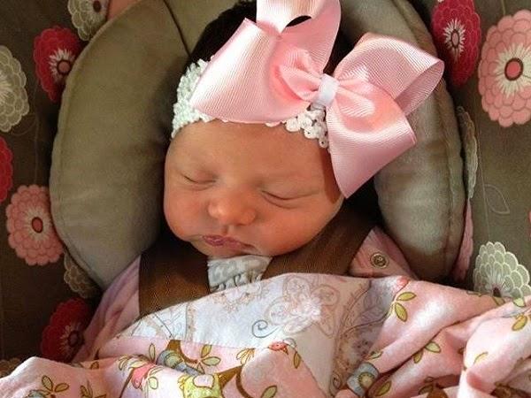 Image adrorable de bébé fille nouveau née