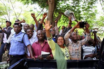 supporters of nnamdi kanu outside abuja court