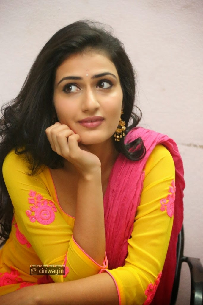Actress-Sana-Stills-at-Nuvvu-Nenu-Okatavudaam-Logo-Launch