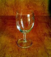 Bild: Glas (Stielglas) mit Wassertropfen ohne Eiswürfel.